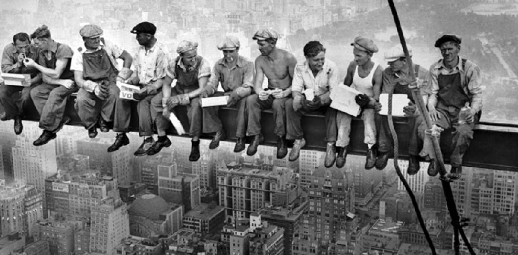 Que ce soit sur un toit, un pylone, une nacelle, une plate-forme, un échafaudage... les travaux en hauteur sont dans le Bâtiment la première cause d'accident du travail en France. Ces accidents peuvent être très graves. Pour prévenir efficacement ces risques, la réglementation encadre la conception des bâtiments, les différents équipements et les différentes façon de travailler en hauteur.